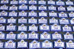 Reihen der Hausnamenplaketten am spanischen Markt Stockfotografie