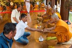 Reihen der Klassifikationszeremonie, die die thailändischen jungen Männer ändern Stockbild