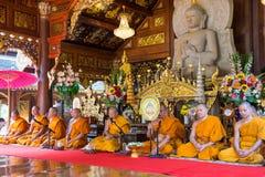 Reihen der Klassifikationszeremonie, die die thailändischen jungen Männer ändern Lizenzfreies Stockbild