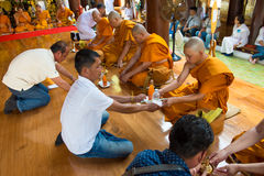 Reihen der Klassifikationszeremonie, die die thailändischen jungen Männer ändern Stockfoto