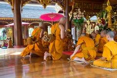 Reihen der Klassifikationszeremonie, die die thailändischen jungen Männer ändern Stockbilder