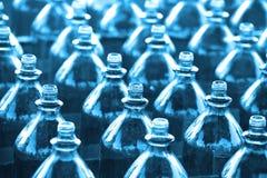 Reihen der leeren Flaschen lizenzfreie stockbilder