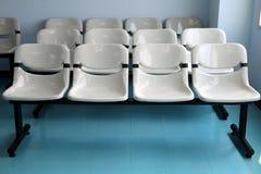 Reihen der grauen Sitze stockbild