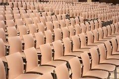 Reihen der leeren Plastiksitze Stockfotos