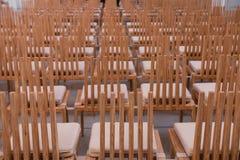 Reihen der leeren Stühle Lizenzfreies Stockfoto