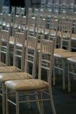 Reihen der leeren Stühle Stockbild