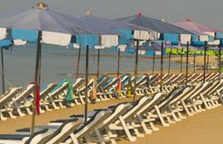 Reihen der leeren Strand-Stühle und der Regenschirme Lizenzfreie Stockfotografie