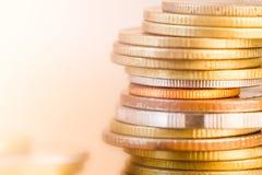 Reihen der Münze und Diagramm der Börse Stockbild