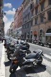 Reihen der Motorräder und der Touristen auf Straßen Stockfotografie
