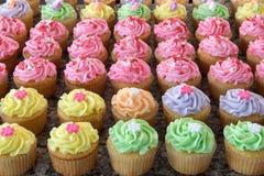 Reihen der Pastellkleiner kuchen stockbilder