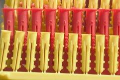 Reihen der Plastikbolzen Stockbilder