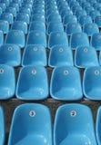 Reihen der Plastiksitze am Stadion Lizenzfreie Stockbilder