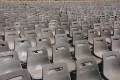 Reihen der Plastikstühle Stockfotos
