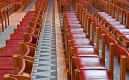 Reihen der roten hölzernen Kirchebänke lizenzfreie stockbilder