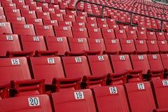 Reihen der roten Stadionlagerung Stockfoto