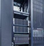 Reihen der Server-Hardware mit Magnetplattenspeicher im Rechenzentrum Lizenzfreies Stockbild