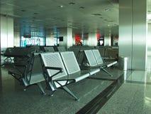 Reihen der Sitze im Flughafenaufenthaltsraum Stockbild
