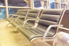 Reihen der Sitze im Flughafenaufenthaltsraum Lizenzfreie Stockfotografie