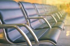 Reihen der Sitze im Flughafenaufenthaltsraum Stockbilder