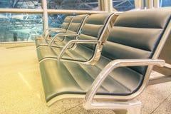Reihen der Sitze im Flughafenaufenthaltsraum Stockfotos