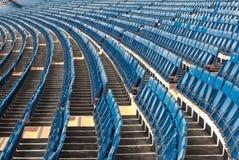Reihen der Sitze legten in einem stadio dar Lizenzfreies Stockbild