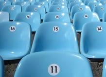 Reihen der Sitze am Stadion. Stockbild