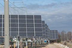 Reihen der Sonnenenergie-Panels Lizenzfreie Stockfotografie