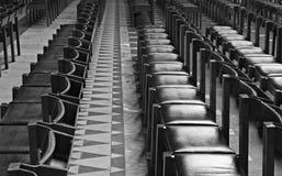 Reihen der Stühle innerhalb der Kathedrale Stockfotografie