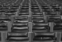 Reihen der Stühle innerhalb der Kathedrale Lizenzfreies Stockfoto