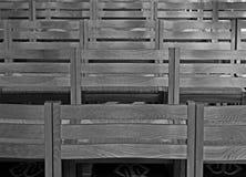 Reihen der Stühle innerhalb der Kathedrale, einfarbig Lizenzfreie Stockfotografie