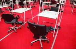 Reihen der Stühle, Tabellen, Spiegel für Friseure Lizenzfreie Stockfotos