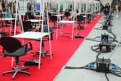 Reihen der Stühle und der Tabellen für Friseure Stockfotos
