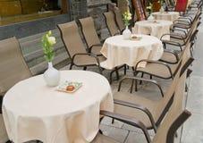Reihen der Tabellen und der Stühle Lizenzfreies Stockbild