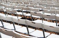 Reihen der weißen Stühle stockbilder