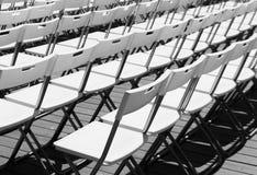 Reihen der weißen Stühle lizenzfreie stockfotografie