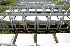 Reihen der weißen Stühle draußen für Zeremonie stockbild