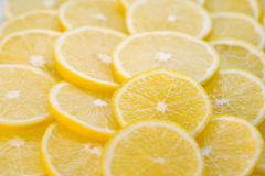 Reihen der Zitronescheiben Stockfoto
