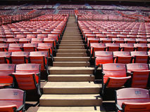 Reihen des leeren orange Stadions setzt aufwärts gehen Stockfotografie