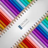 Reihen des Regenbogens färbten Bleistifte auf weißem Hintergrund Stockfotos