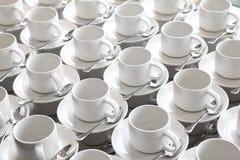Reihen des reinen Cup und des Saucer mit Teelöffel Lizenzfreie Stockfotografie