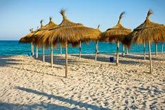 Reihen des Sonnenschutz auf dem Strand Lizenzfreie Stockbilder
