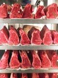 Reihen des Steaks auf Metallzahnstangen Stockbild