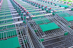 Reihen einer Mehrzahl der Einkaufslaufkatzen in einem Supermarkt Stockfoto