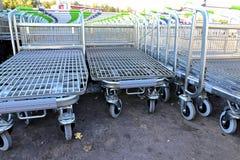 Reihen einer Mehrzahl der Einkaufslaufkatzen in einem Supermarkt Lizenzfreies Stockfoto