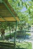 Reihen grüne Bankhütten in einem sonnigen Freien parken Lizenzfreie Stockfotografie
