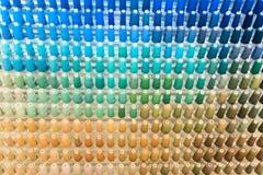 Reihen Hintergrundnahaufnahmehintergrundes der Nähgarne des mehrfarbigen lizenzfreies stockbild