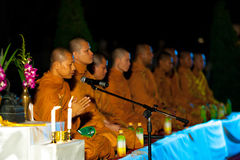 Reihen-thailändische buddhistische Mönch-Nachtzeremonie im Freien Stockbild