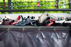 Reihen-thailändischer Verpacken-Handschuh-Trainings-Durchschlags-Auflagen-Handschuh-Ring Lizenzfreies Stockbild