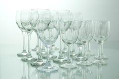 Reihen vieler leeren Weingläser auf einer Tabelle Stockbild