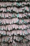 Reihen von Arbeitstextilhandschuhen mit Gummipunkten Vitrine im Werkzeugshop Lizenzfreie Stockfotografie
